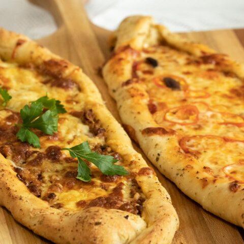 PEINIRLI: GREEK-PIZZA BOATS